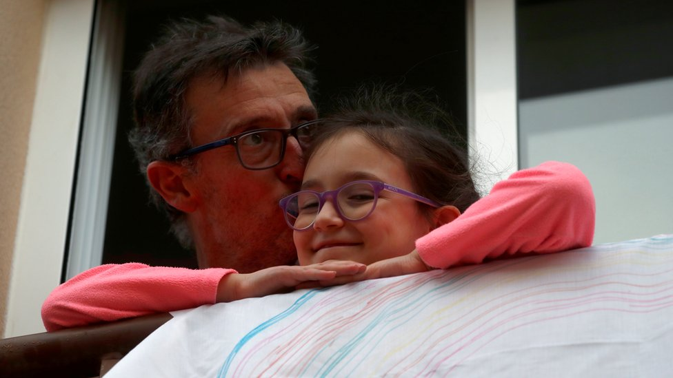Muškarac i njegova ćerka na prozoru