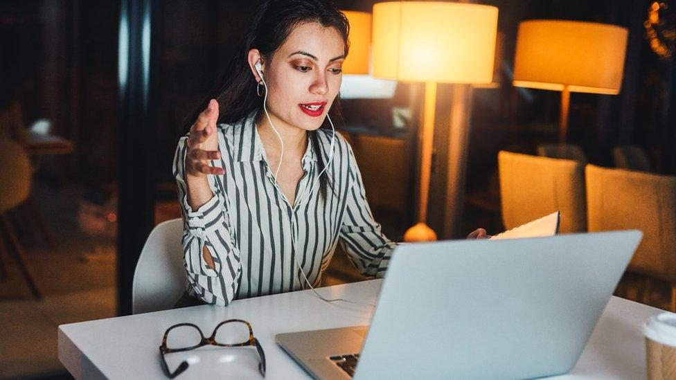 žena za kompjuterom
