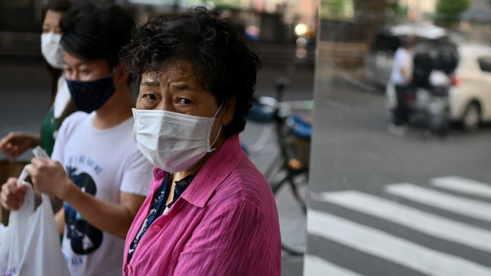 žena s maskom u japanu