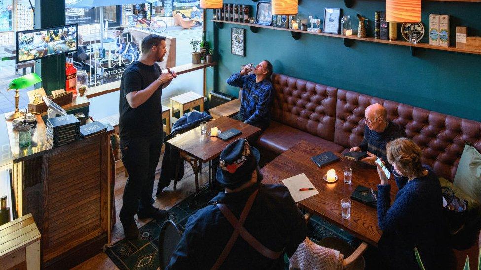 Prodavnice i kafići ponovo rade