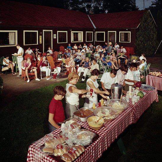 Decenijska tradicija: Porodični švedski sto u zadnjem dvorištu 1960. godine
