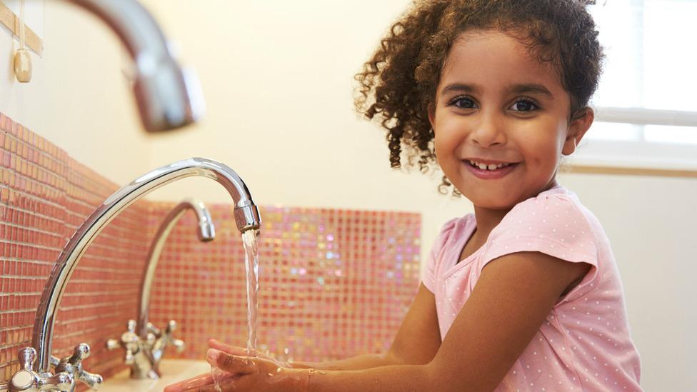 Devojčica pere ruke