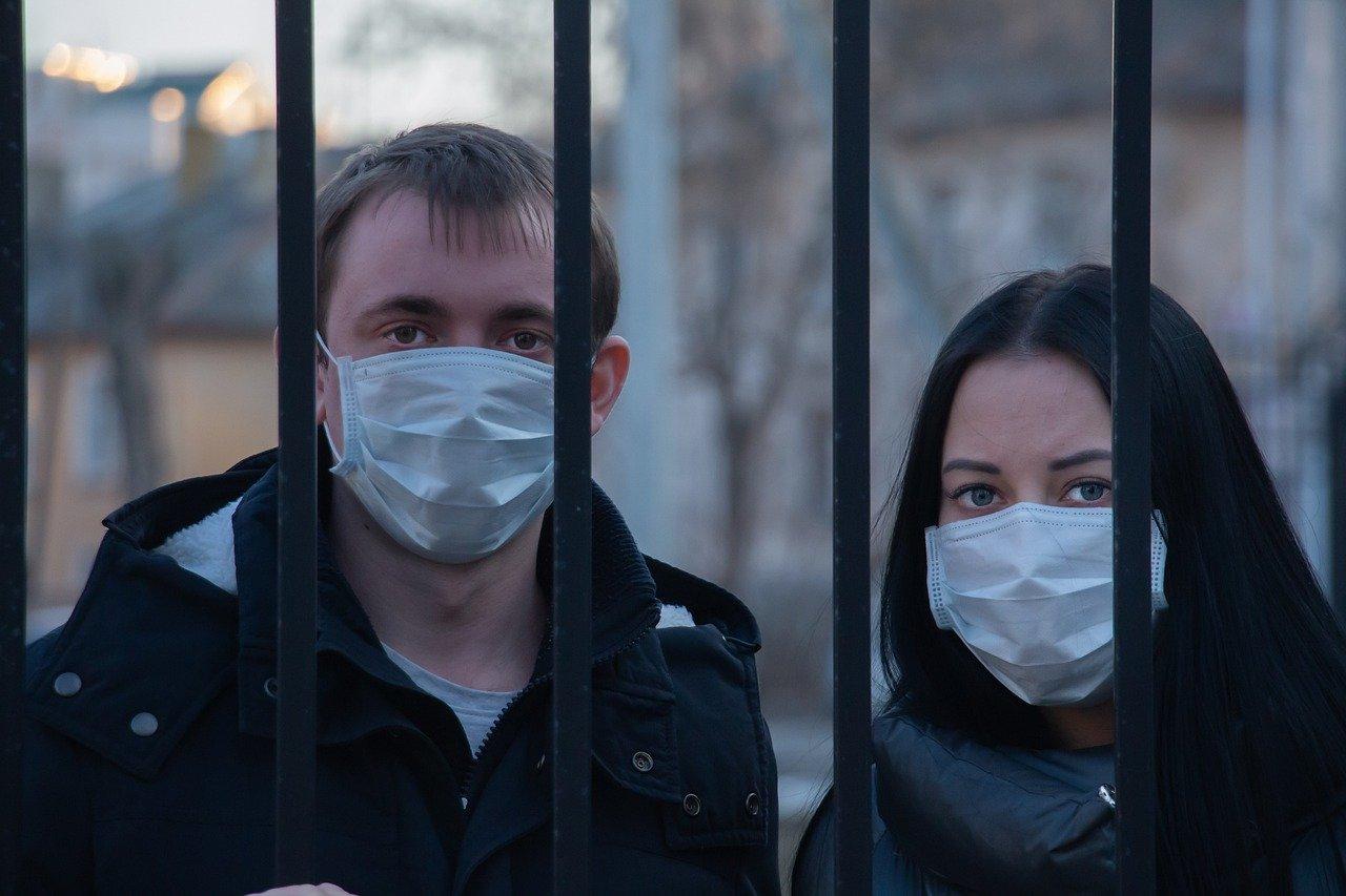 corona virus ograda maske ljudi