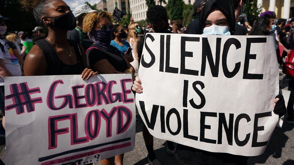 Ljudi protestuju ispred Bele kuće zbog smrti Džordža Flojda. Vašington, 31. maj 2020.