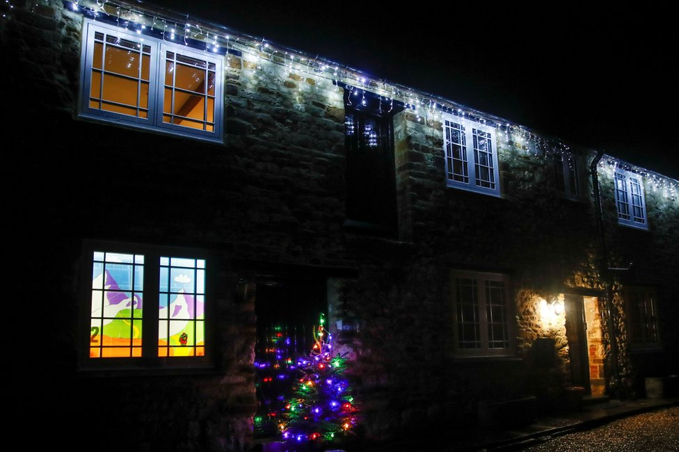 Christmas decorations in Woodend, Northamptonshire, the UK. Photo: 23 December 2020