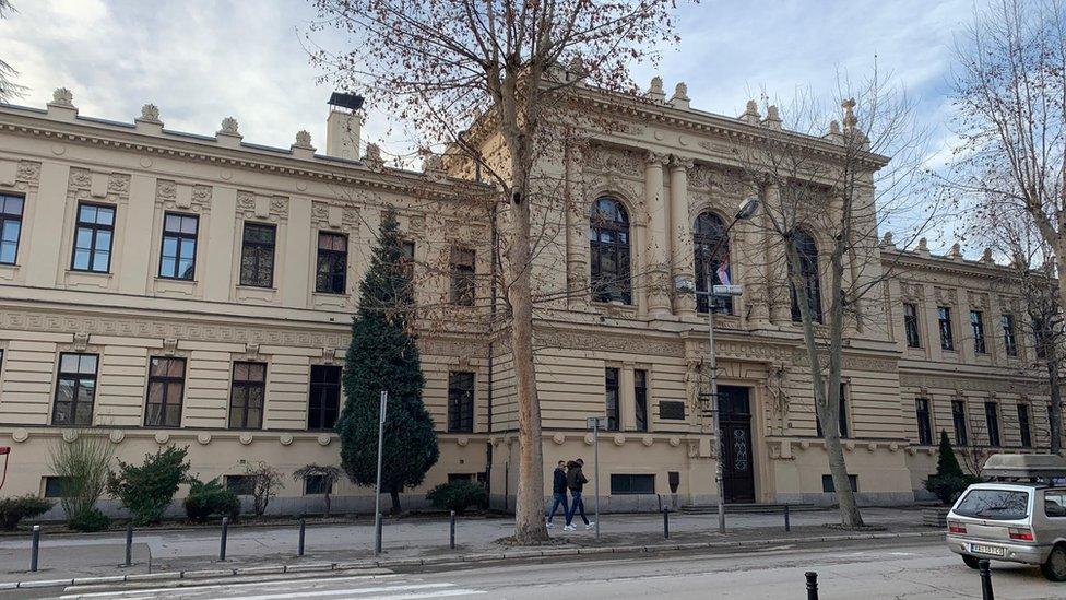 Valjevska gimnazija je arhitektonski slična beogradskoj Trećoj gimnaziji