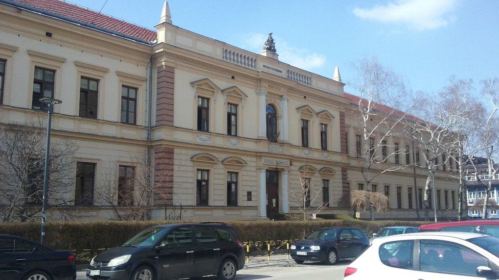 Današnja OŠ Ljuba Nešić, nekada gimnazija. Gimnazija je 1959. preseljena na mesto gde je sada, a u njenu zgradu je useljena OŠ Ljuba Nešić