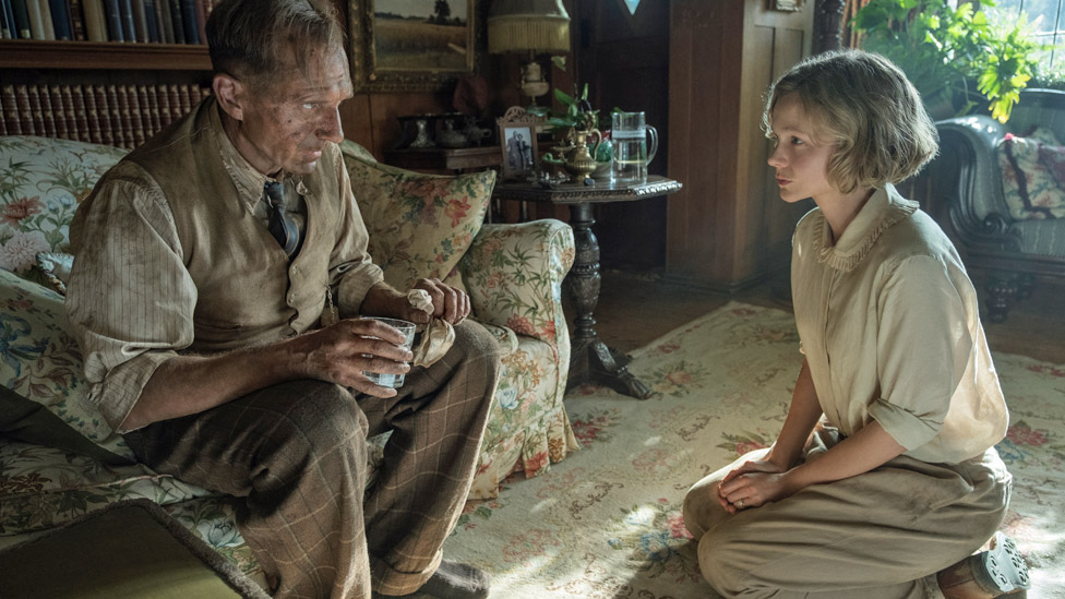 Ralph Fiennes and Carey Mulligan in The Dig