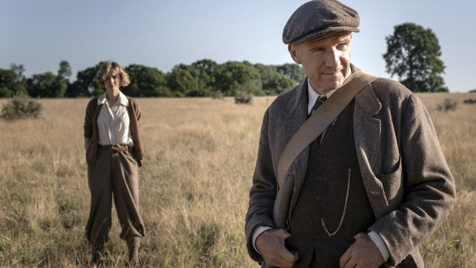 Carey Mulligan and Ralph Fiennes in The Dig