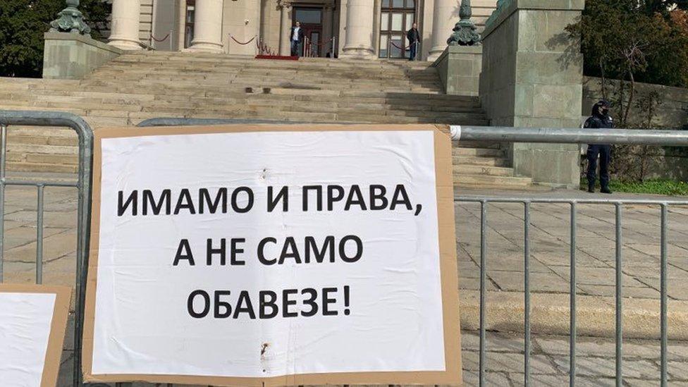natpis s protesta