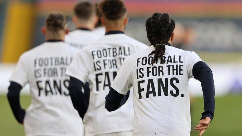 Fudbaleri Lidsa na zagrevanju
