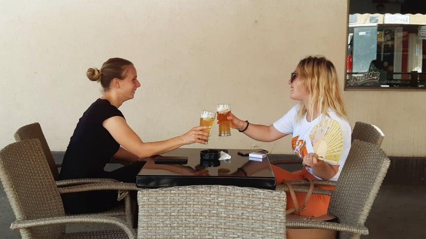 devojke kafe