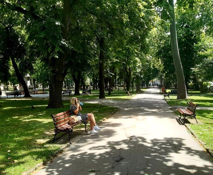park žena na klupi